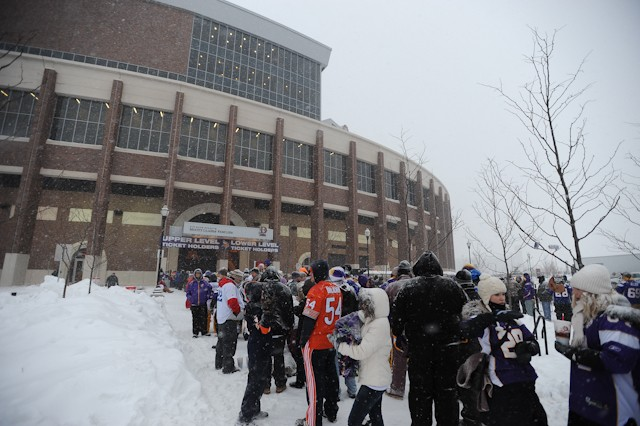No sell-out, but 40k fans brave snow to see first outdoor Vikings game since '81