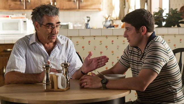 (L to R) Jim's Dad (EUGENE LEVY) and Jim (JASON BIGGS) have a heart-to-heart talk in