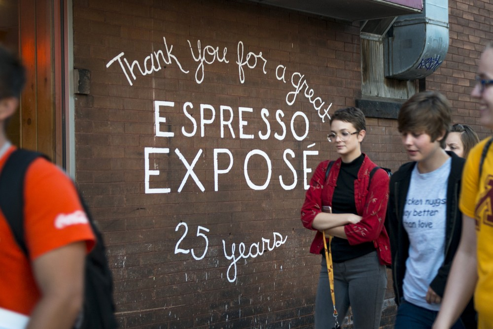 A group of freshmen walk past Espresso Expos