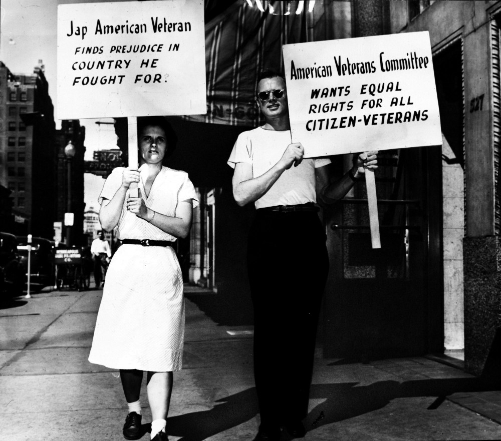 Protesters hold signscriticizingracially restrictive housing codes in Minneapolis in1946.