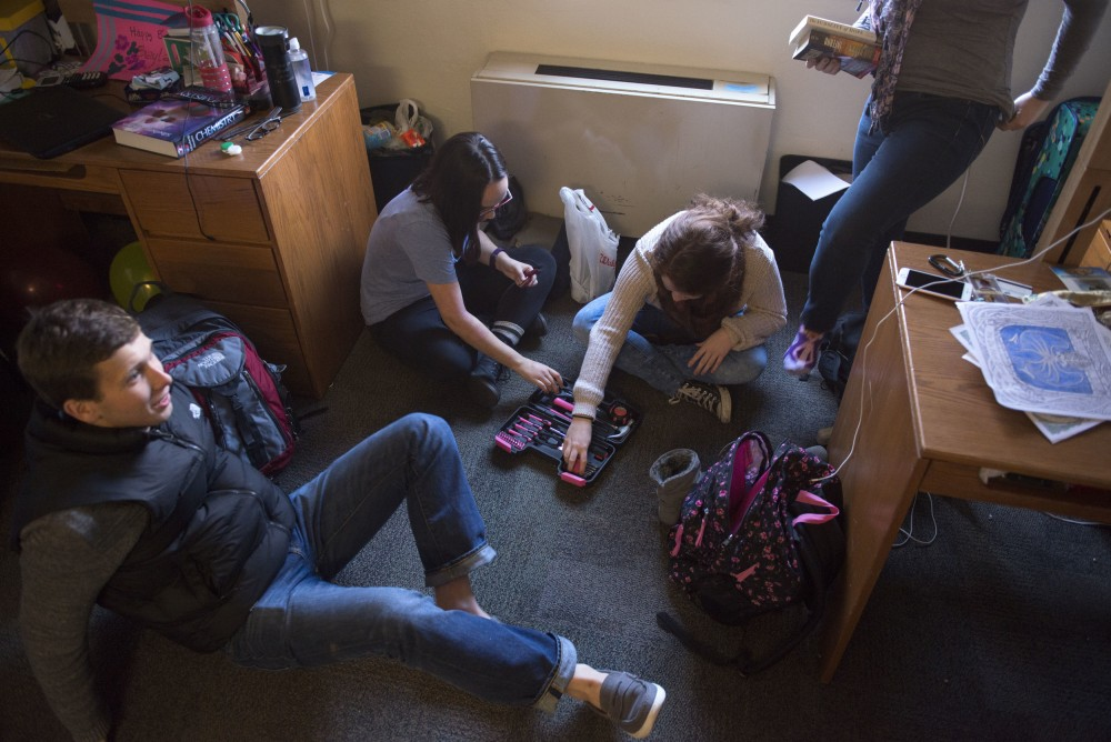 Left to right, freshmen Grant Zastoupil, Nadja Malby, Alison Gould and Laura Darling get situated in Darlings Frontier Hall dorm room on March 24.