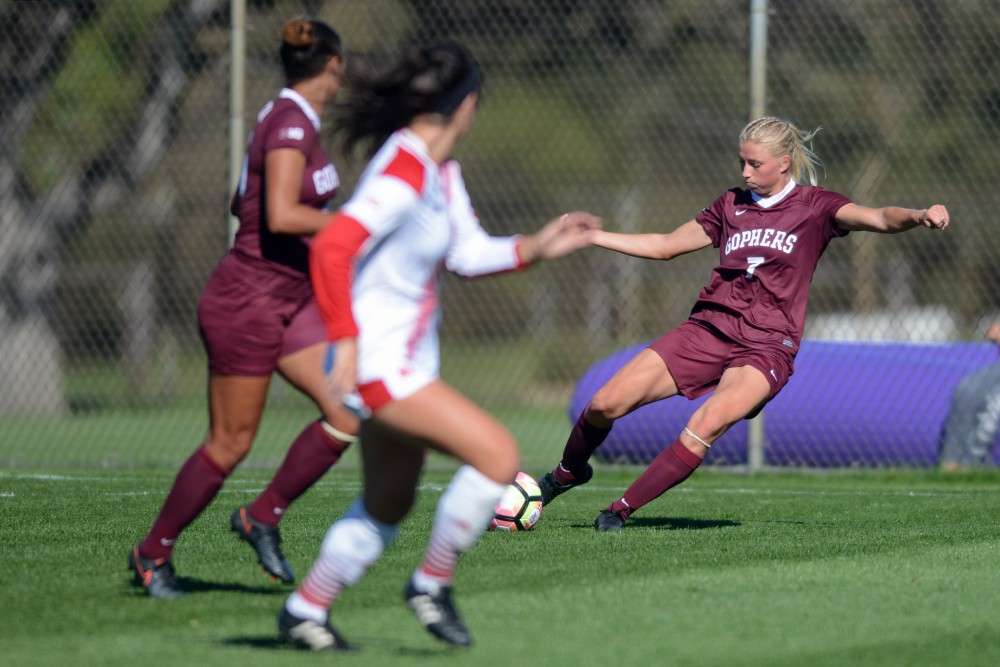 Gophers forward Sydney Squires passes the ball on Sunday, Oct. 9, 2016 at Elizabeth Lyle Robbie Stadium.